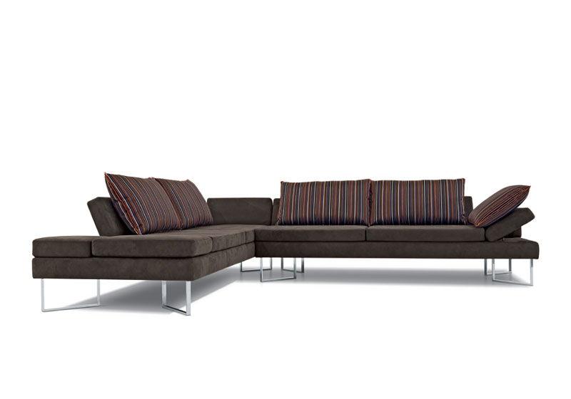 rosefarbenes Sofa und grauer Teppich